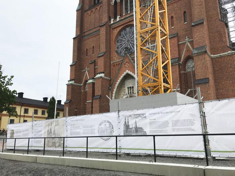 Bild som visar vepor med historiska texter framför domkyrkan.